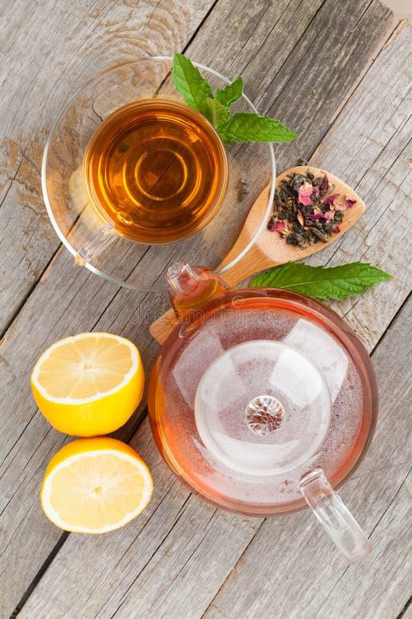 Grüner Tee mit Zitrone und Minze stockbilder