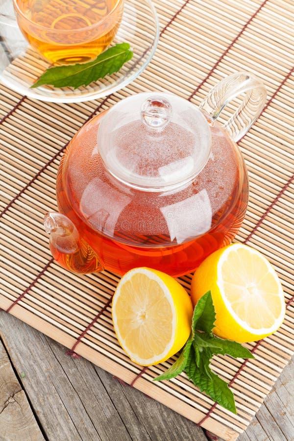 Grüner Tee mit Zitrone und Minze lizenzfreie stockbilder