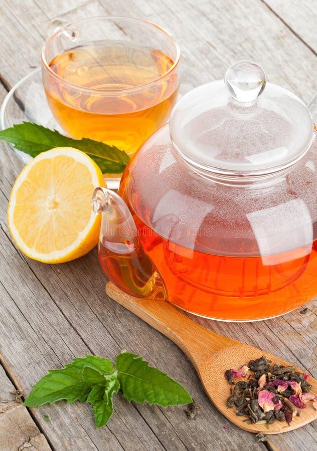 Grüner Tee mit Zitrone und Minze stockfotos