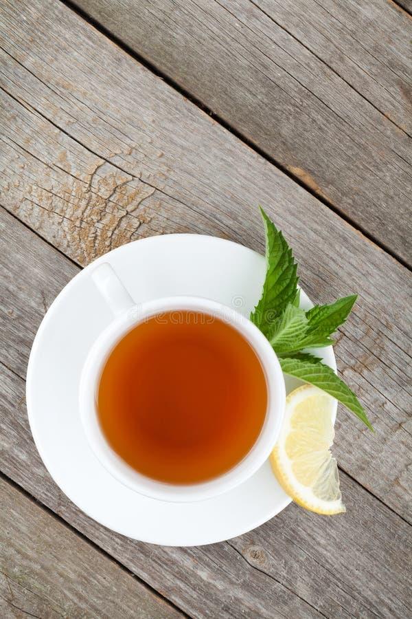 Grüner Tee mit Zitrone und Minze lizenzfreies stockbild