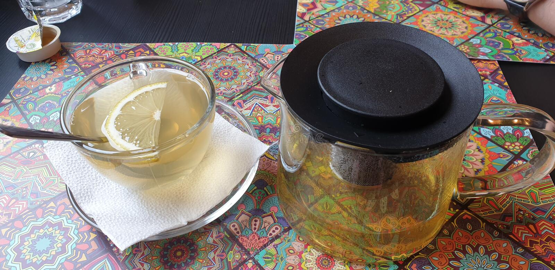 Grüner Tee Sencha an kleinen Hanoi-Bistros timisoara Rumänien-Restaurants lizenzfreie stockbilder