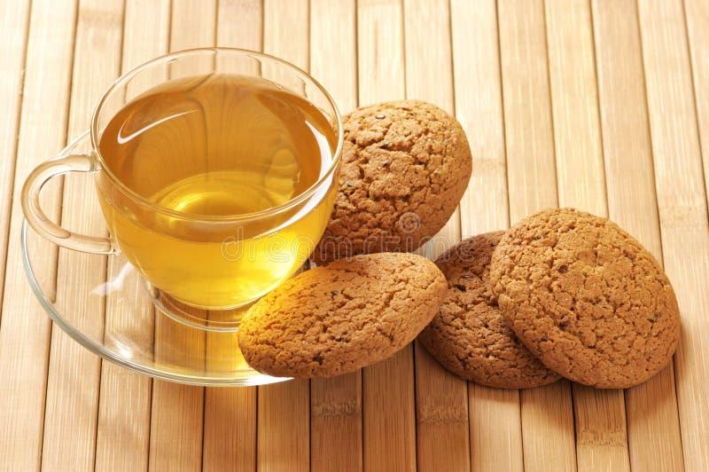 Grüner Tee und Hafermehlplätzchen lizenzfreie stockbilder