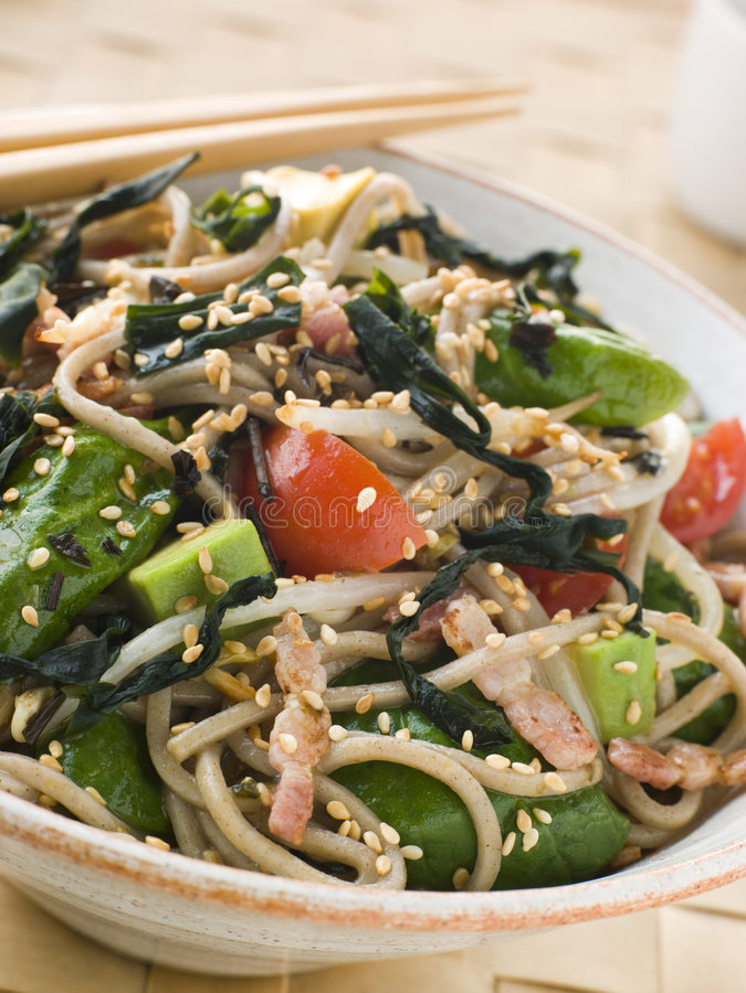 Grüner Tee-und Soba Nudel-Salat mit Wakame Seawee lizenzfreie stockfotos