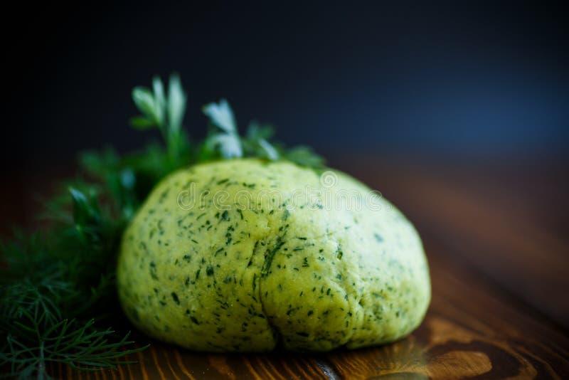 Grüner Teig mit Dill und Petersilie stockfotos