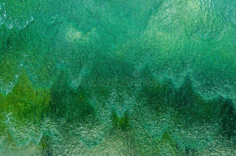 Grüner und Smaragdhintergrund des fallenden Wassers lizenzfreie stockfotos