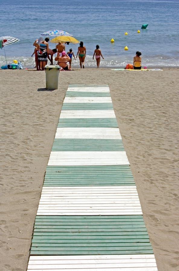 Grüner und weißer Pfad, der führt, um in Spanien auf den Strand zu setzen stockfoto