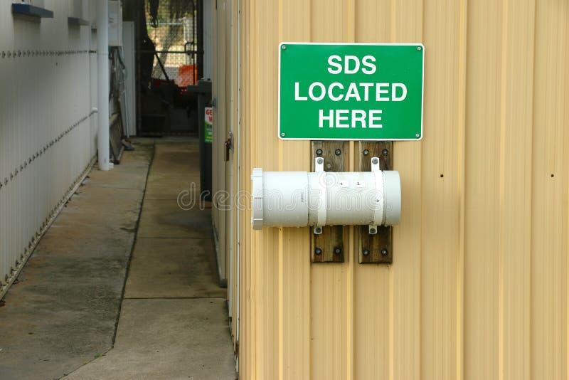 Grüner und weißer SDS lokalisierte hier Zeichen lizenzfreie stockbilder