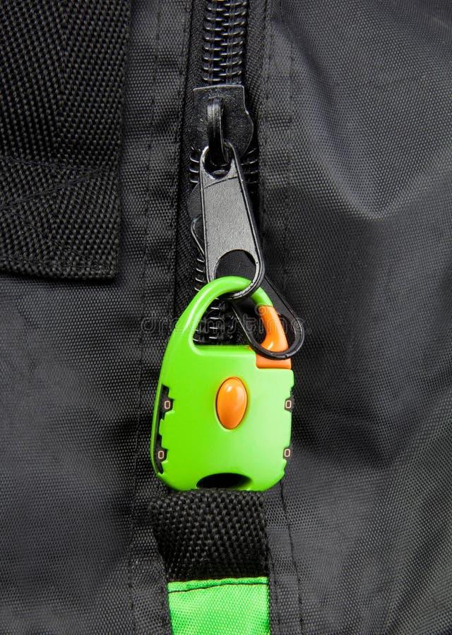 Grüner Verschluss auf dem Reißverschluss einer Tasche stockbild