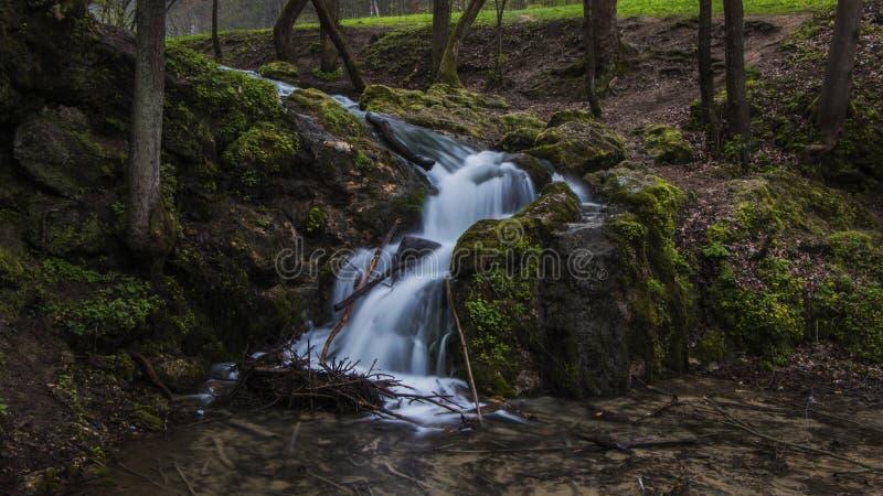Grüner Wasserfall lizenzfreie stockbilder