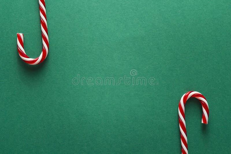 Grüner Weihnachtshintergrund mit roten Zuckerstangen Kopieren Sie Platz Chr stockbild