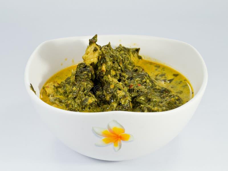 Grüner Wirsingkohl-Curry stockfoto