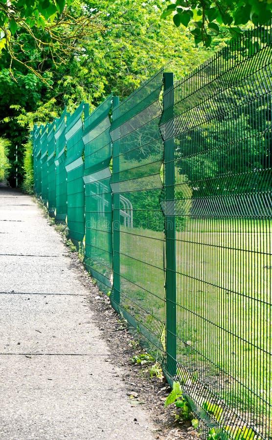 Grüner Zaun stockbild. Bild von spielplatz, rand, verschlossen ...