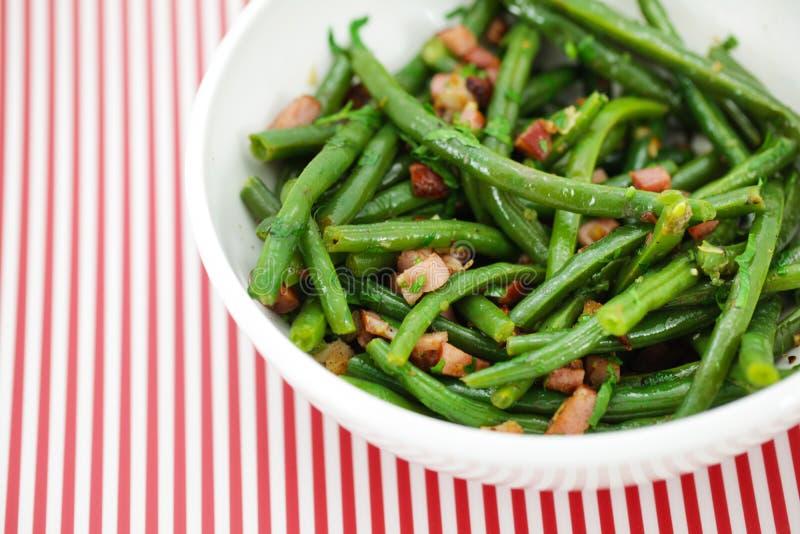 Grüner Zeichenkettebohnensalat mit Schinken und Vinaigrette stockfoto