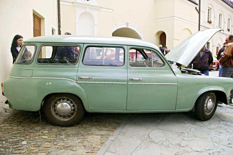 Grünes altes Auto lizenzfreie stockfotografie