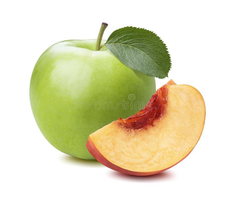 Grünes Apfelpfirsich-Viertelstück lokalisiert auf weißem Hintergrund stockfotos