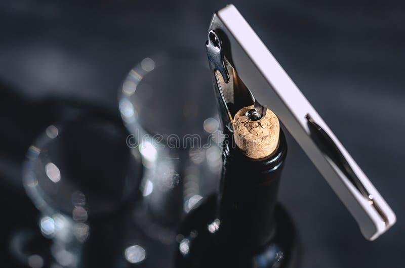 Grünes Blatt mit einem großen Wassertropfen Öffnen einer Flasche Weins mit einem Hebelkorkenzieher in einem Restaurant Boke stockbilder