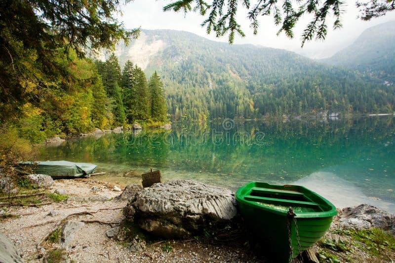 Grünes Boot lizenzfreie stockfotos