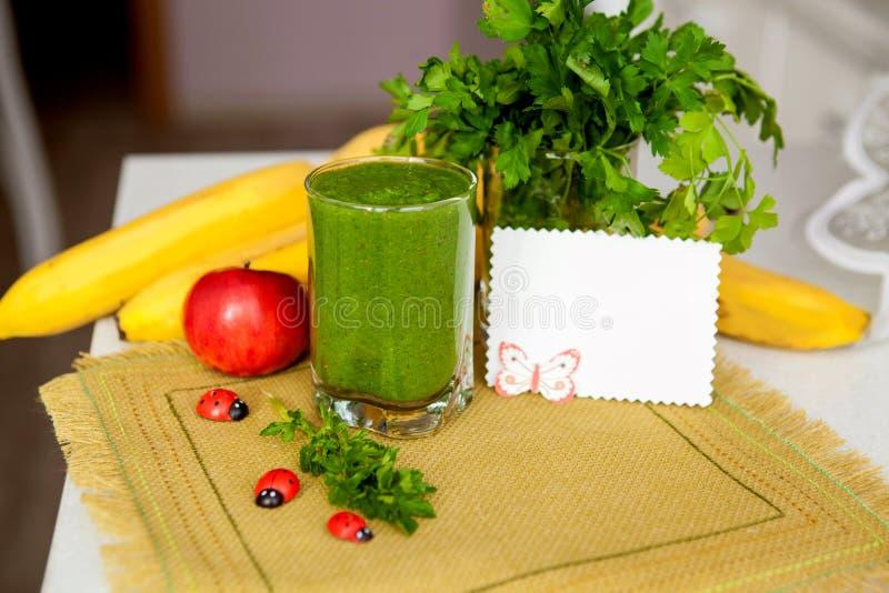 Grünes Cocktail der Petersilie und des Gemüses detox lizenzfreie stockfotos