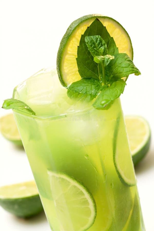 Grünes coctail mit Kalk, Minze und Eis lizenzfreie stockfotos