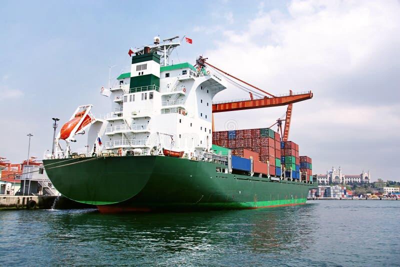 Grünes Containerschiff stockbild