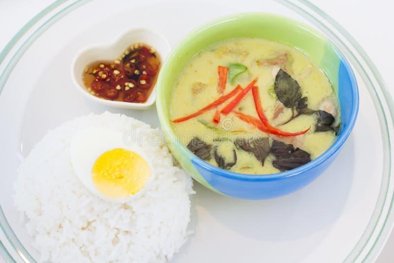 Grünes Curryhuhn mit thailändischem Reis lizenzfreie stockfotografie