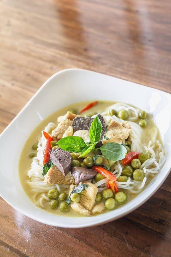 Grünes Curryhuhn mit thailändischen Reis-Nudeln, thailändisches Lebensmittel stockbild