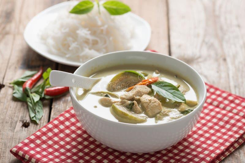 Grünes Curryhuhn mit thailändischen Reissuppennudeln, thailändische Küche lizenzfreie stockfotos