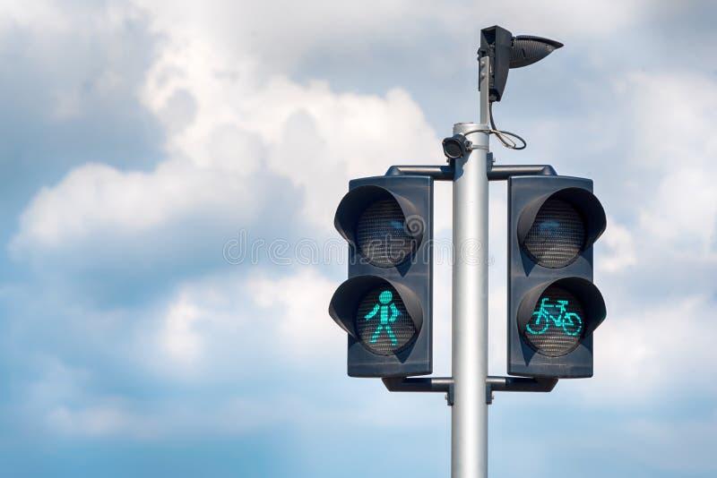 Grünes Fahrrad und Fußgängerampeln Grüne Ampel für Fahrräder, gibt Radfahrern Priorität, Fußgänger lizenzfreie stockfotografie