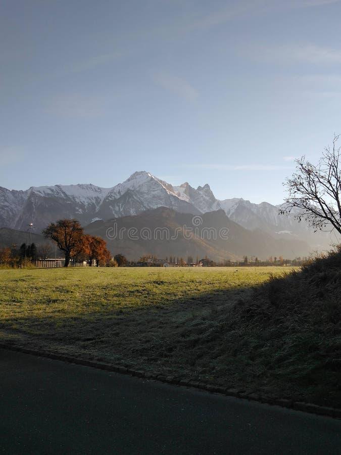 Grünes Feld mit Bergen lizenzfreie stockfotografie