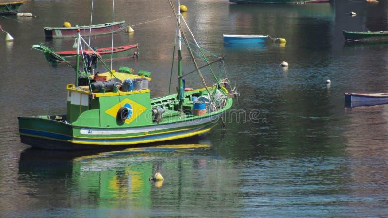 Grünes Fischerboot stockbild