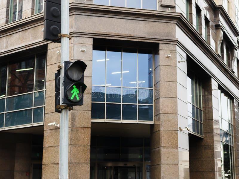 Grünes Fußgängerverkehrszeichen auf der Ampel lizenzfreies stockfoto
