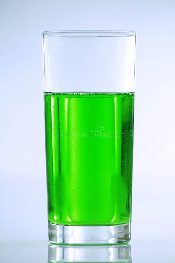 Grünes Getränk im hohen Glas lizenzfreie stockfotografie