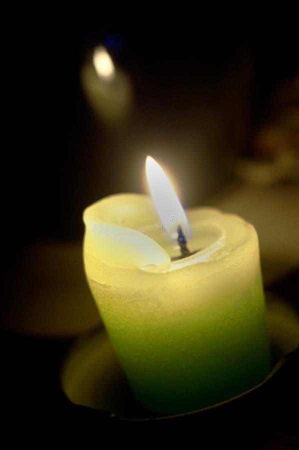 Grünes glühendes Kerze-Bild stockfotos