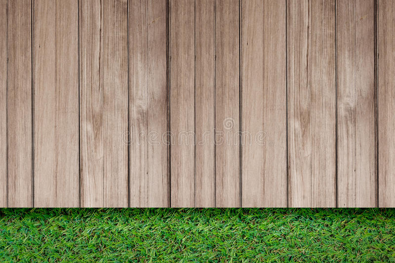 Grünes Gras mit im Freien Draufsicht des alten Bodens der Planke rustikalen hölzernen stockbild