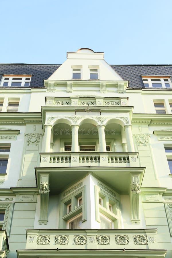 Grünes Haus mit Balkonen lizenzfreies stockbild