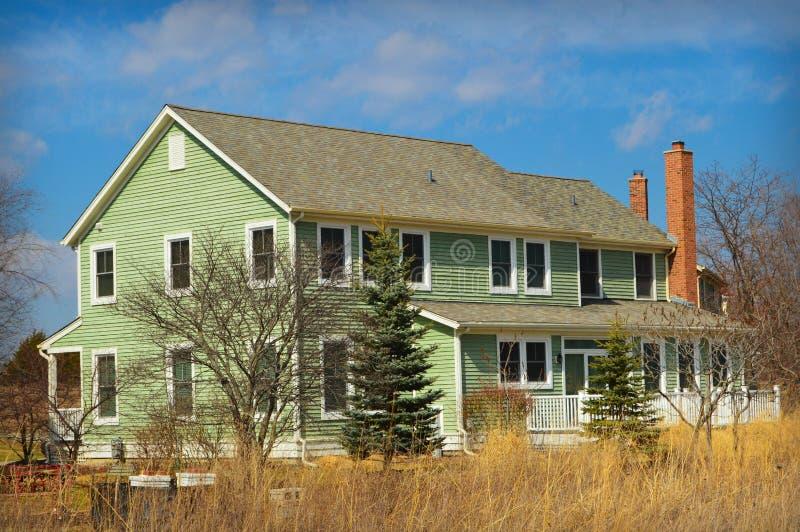 Grünes Haus mit Hinterhof-Grasland lizenzfreie stockfotografie