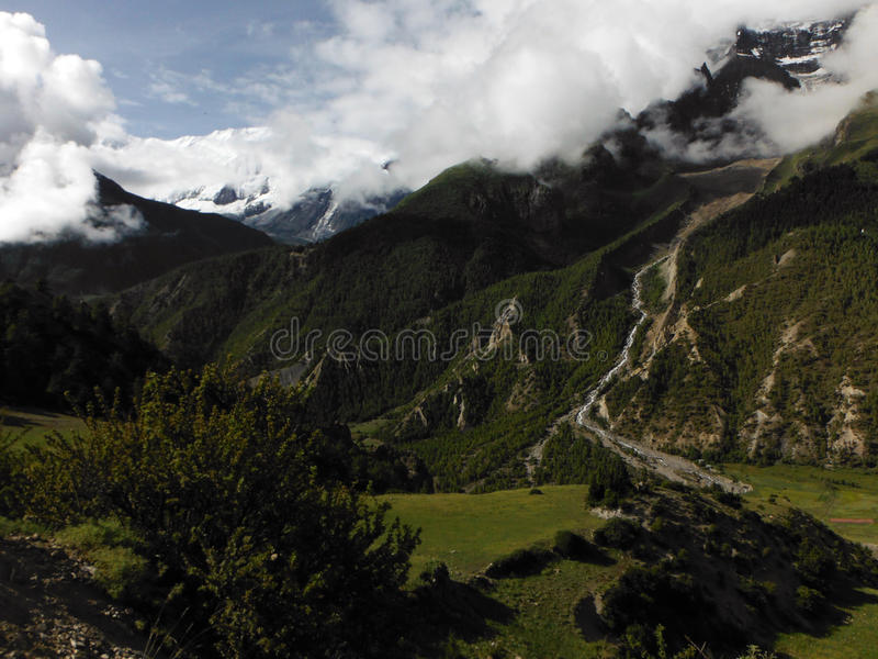 Grünes Himalajatal mit Annapurna III und IV lizenzfreies stockbild