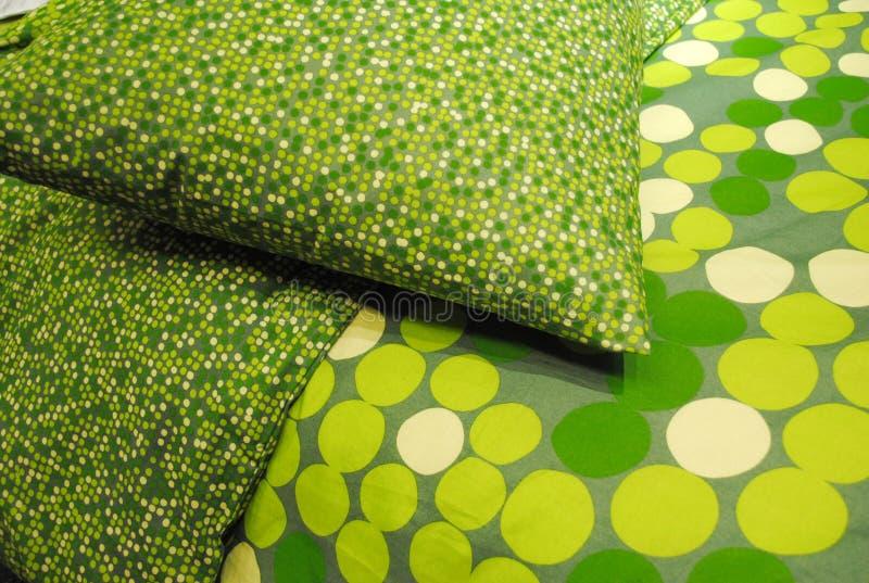Grünes Kissen und Bettdecke stockfotografie