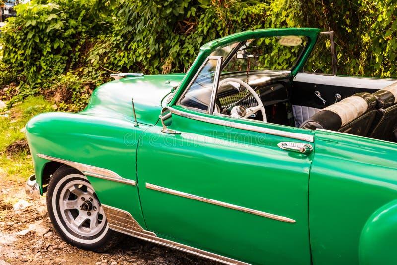 Gr?nes klassisches amerikanisches Auto auf den Stra?en von Havana, Touristenattraktion stockbilder