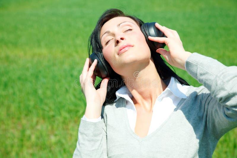 Grünes Mädchen der Musik stockfoto