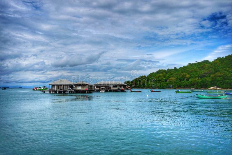 Grünes Meer und Seehaus auf Koh Samet, Rayong lizenzfreies stockfoto