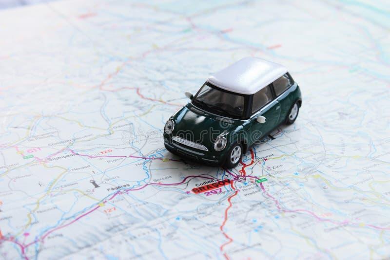 Grünes Miniauto auf Papierkarte stockfotografie