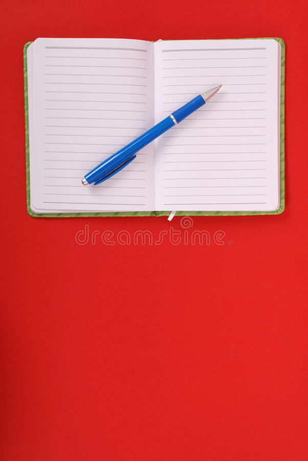 Grünes Notizbuch und blauer Stift stockfoto