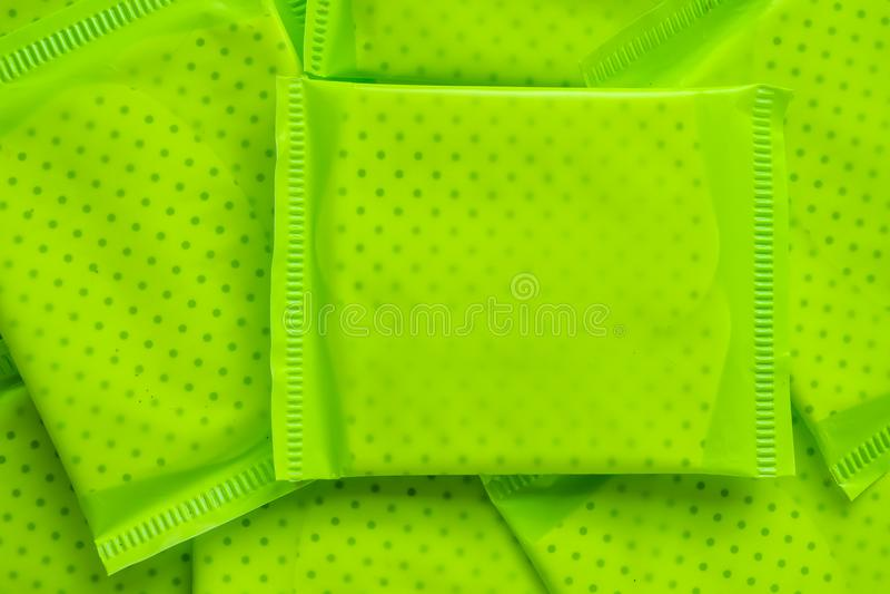 Grünes Paket der weiblichen Damenbinde lizenzfreie stockfotos