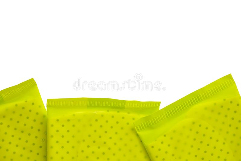 Grünes Paket der weiblichen Damenbinde auf weißem Hintergrund lizenzfreie stockbilder