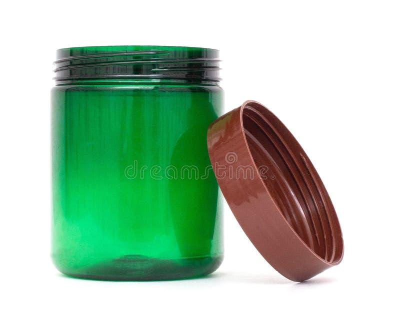 Grünes Plastikglas mit einem Deckel auf einem weißen Hintergrund, Isolat, Tara, Polyethylenterephthalat lizenzfreie stockfotos