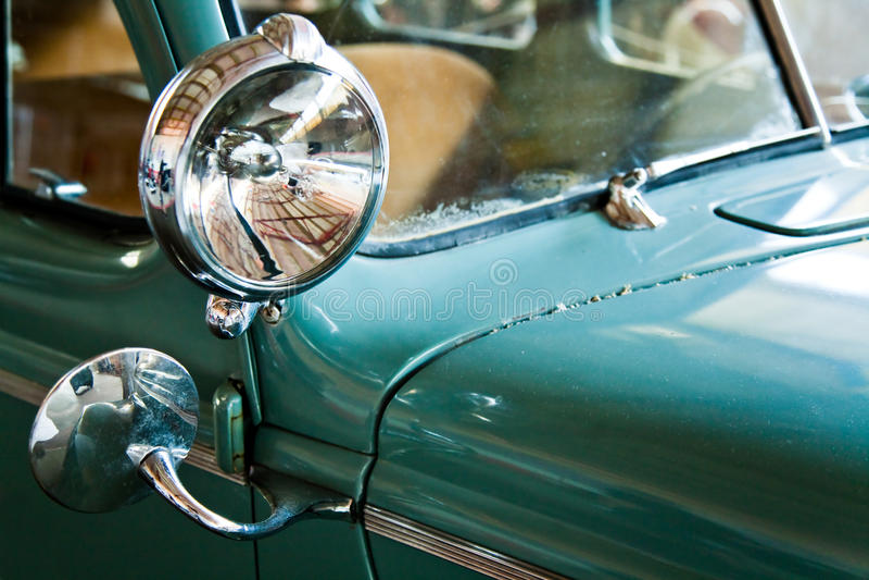 Grünes Retro- Auto lizenzfreie stockfotos