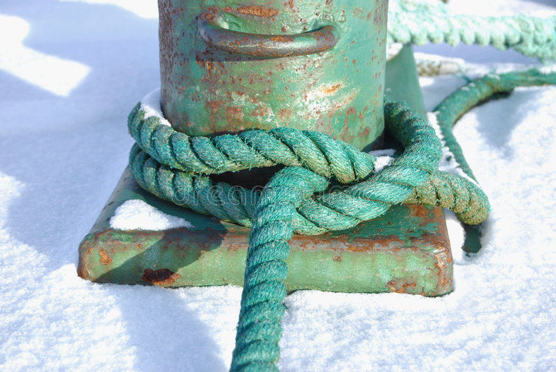 Grünes Seil geknotet um einen Schiffspoller stockbilder