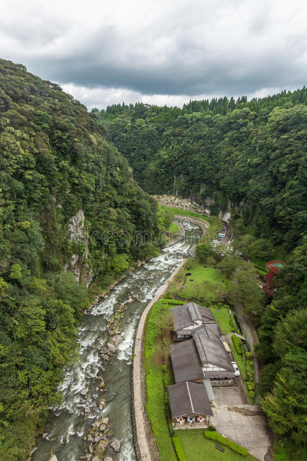 Grünes Tal und japanisches Haus in Wasserfall Kamikawa Otaki parken stockfoto