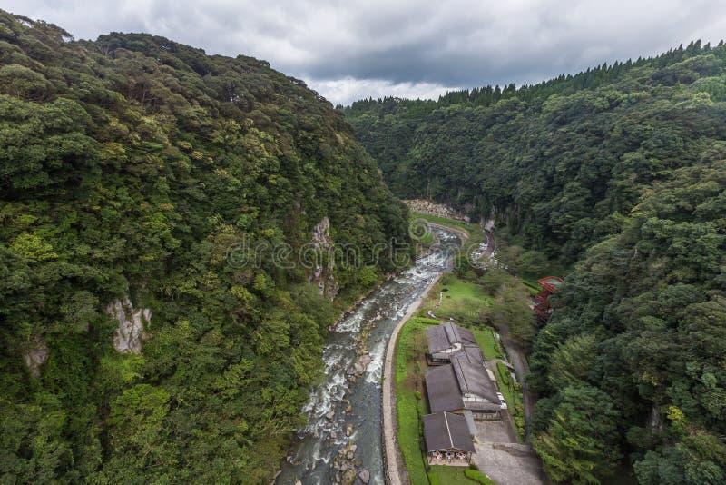 Grünes Tal und japanisches Haus in Wasserfall Kamikawa Otaki parken lizenzfreie stockfotos